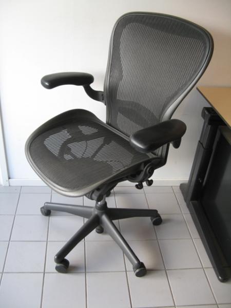 Tweedehands herman miller aeron bureaustoel maat c for Herman miller stoel