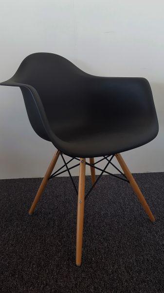 Nieuwe design kuipstoel zwart met armleuningen for Zwarte ladeblok